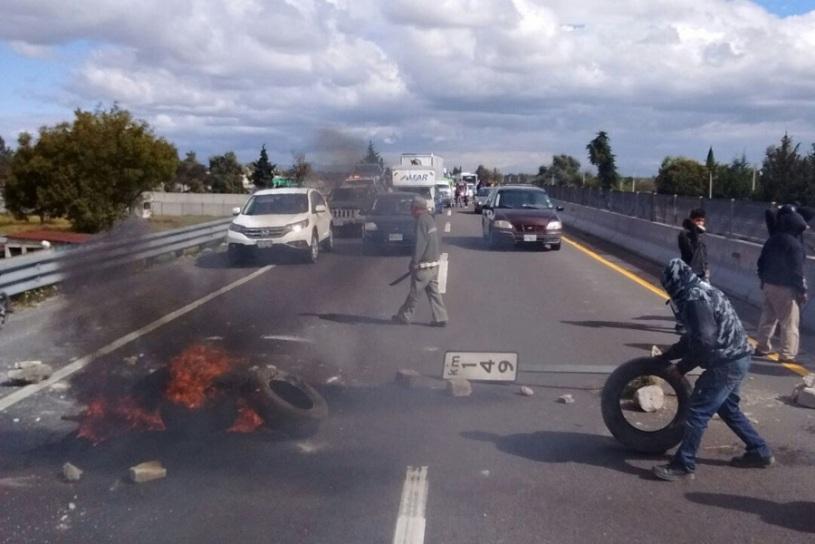Vecinos de la Magdalena Tetela cerraron la autopista y la federal a la altura de San Jerónimo Ocotitlan en protesta por la muerte de una persona presuntamente a manos de policías estatales.