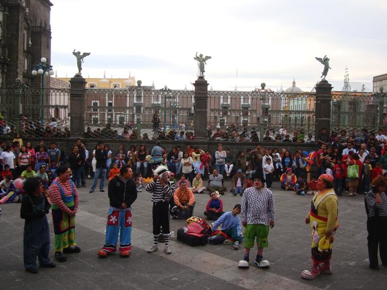 show_de_payasos_en_el_zocalo_de_la_ciudad_de_puebla_los_domingos